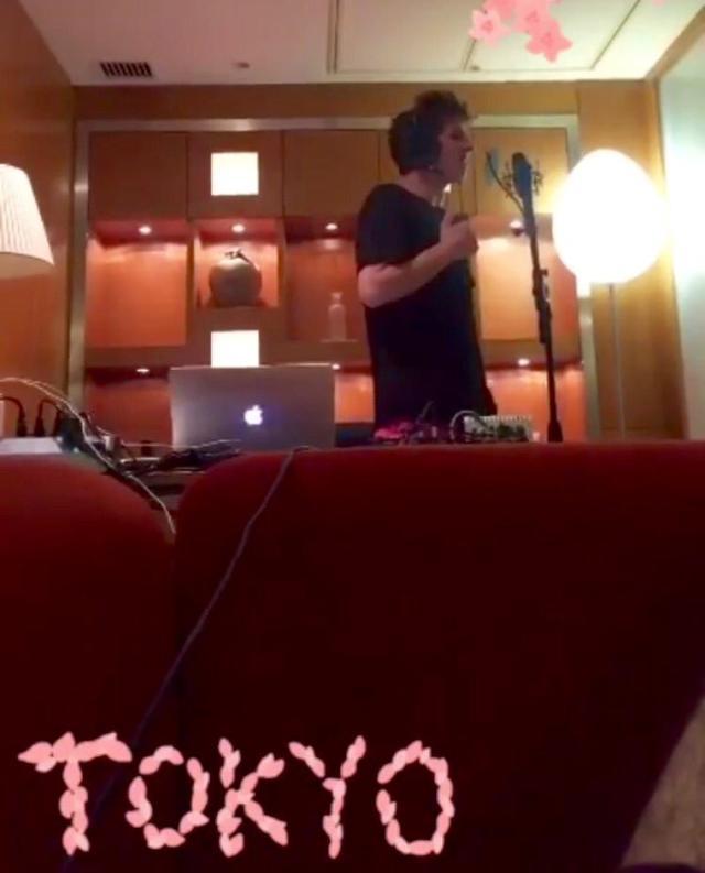 画像: ブリッジの「What are you doin' to me?」という箇所を歌う動画が2016年8月の東京滞在中に公開されていた。