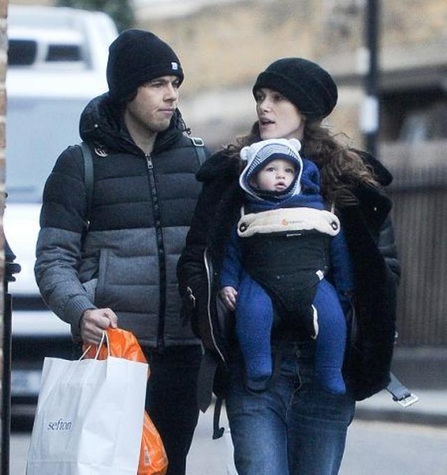 画像: キーラは2013年にミュージシャンのジェイムス・ライトンと結婚。2015年に長女のエディちゃんを出産した。写真は今年1月に撮影されたもの。