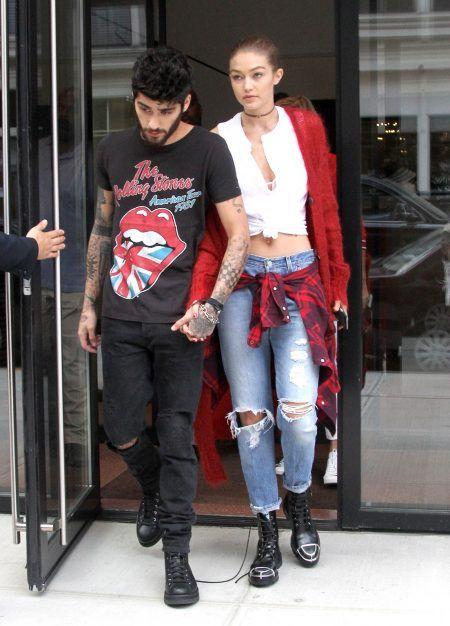 画像: NYファッションウィーク期間中のこの日は、ゼインはイギリス国旗が取り入れられたプリントT、ジジはタータンチェックのシャツを腰巻きし、赤をリンクさせたカップルコーデでお出かけ。