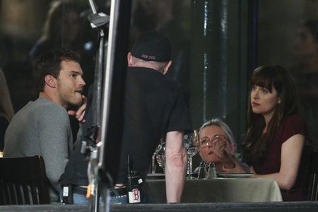 画像: 『フィフティ・シェイズ・ダーカー』撮影時の、クリスチャン役ジェイミー・ドーナンとアナ役のダコタ・ジョンソン。