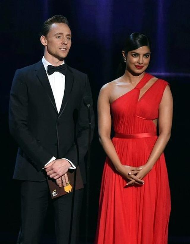 画像: トムとプリヤンカーは、エミー賞『リミテッドシリーズ/テレビムービー部門』の監督賞のプレゼンターを務めた。