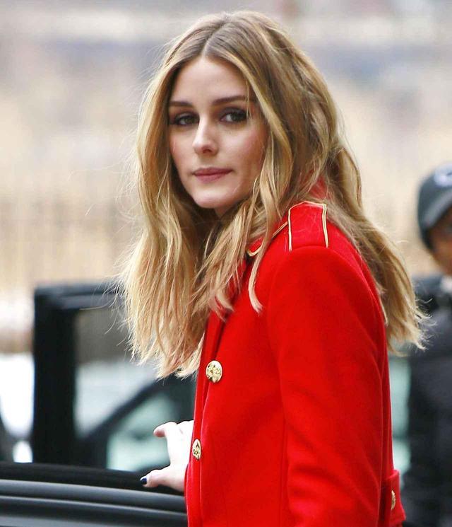 画像: オリヴィアは、外出時でもファッションもヘアも完璧!