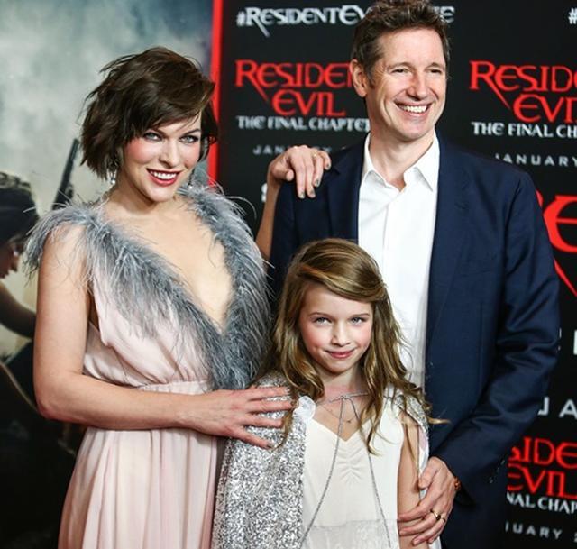 画像: ミラ、アンダーソン監督、そして娘のエヴァーちゃんが、映画のLAプレミアにて。