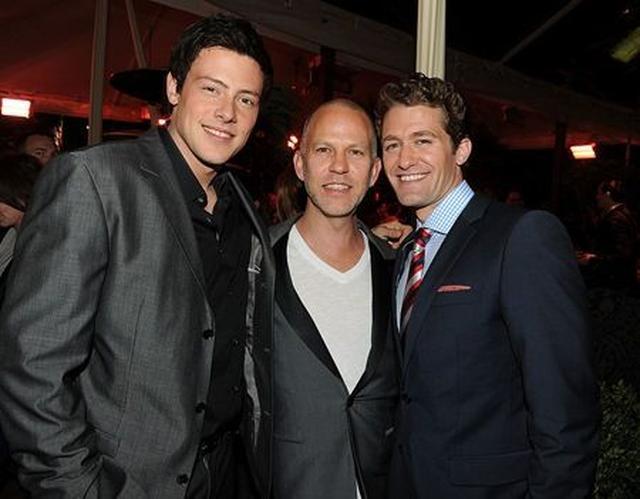 画像: コーリーを息子のように思っていたというライアン。2010年に『グリー』関連のイベントでキャストのマシュー・モリソン(右)と。