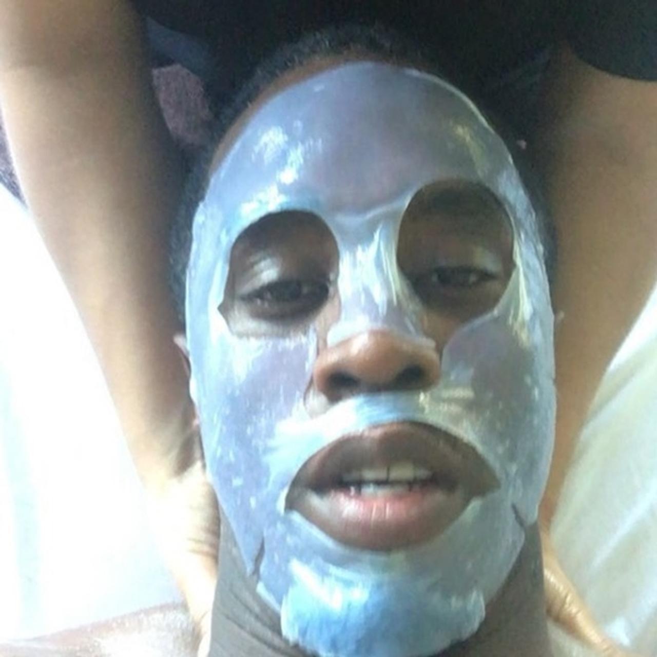 画像: ディディは、フェイスマスクで肌をケアしながら、マッサージもしてもらうという至福のひと時を体験。 © Diddy