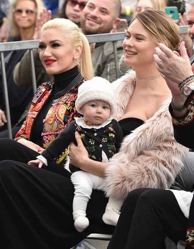 画像: アダムが授与された「ハリウッド・ウォーク・オブ・フェーム(ハリウッドの殿堂)」の授賞式にダスティ・ローズちゃんを同伴したベハティ。