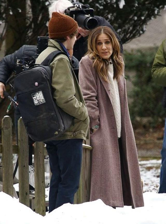 画像: 新作ドラマ『ディヴォース』撮影中のサラ。