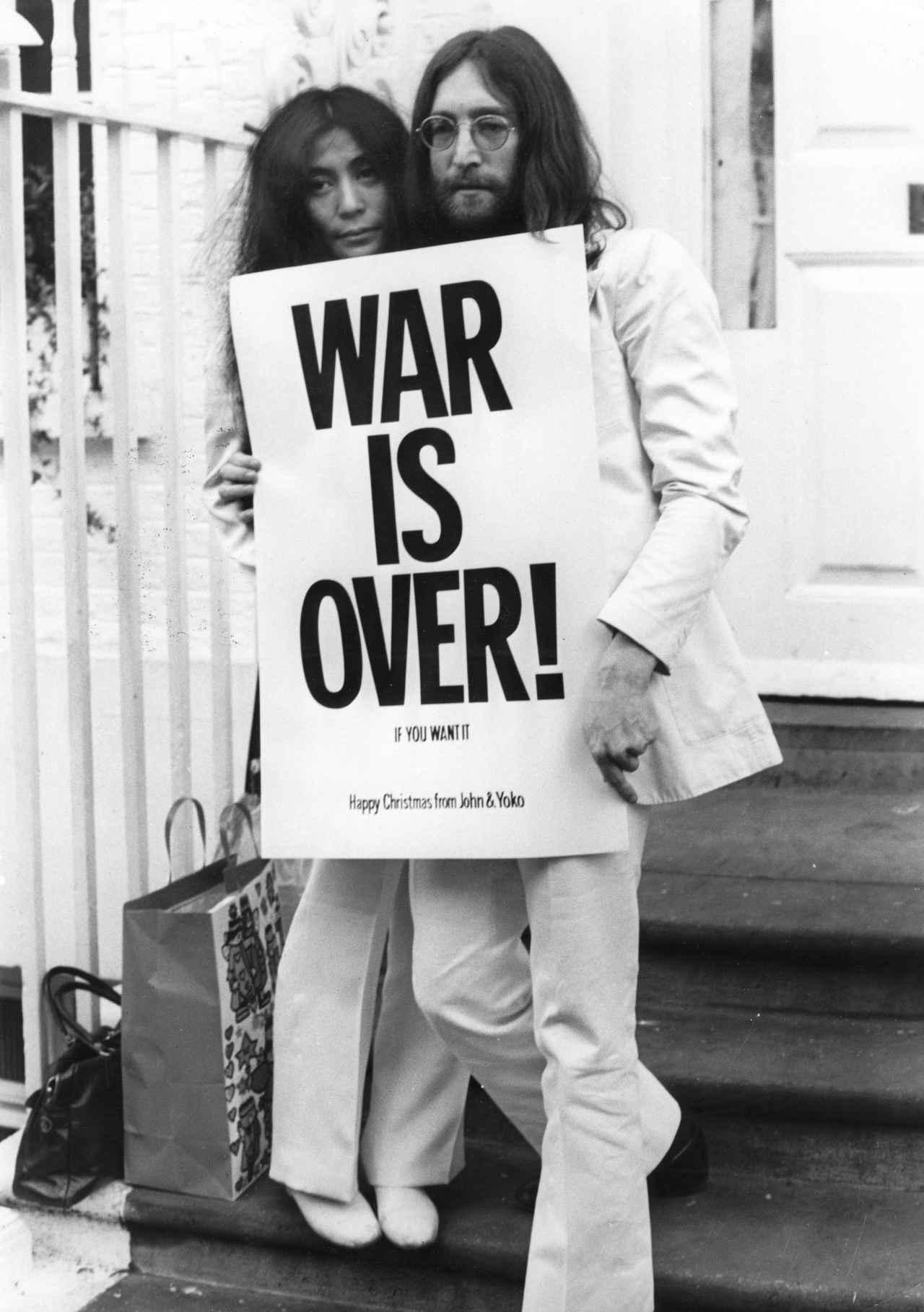 画像: 衝撃的な1枚の写真に、37年前に殺害されたジョン・レノンから社会へメッセージ