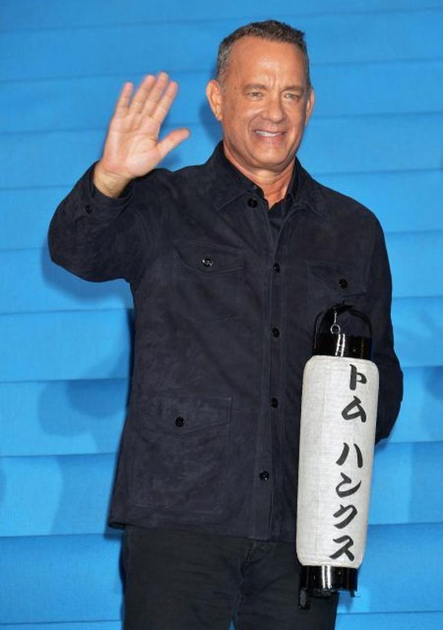 画像: 映画のジャパン・プレミアで名前入りの提灯を持ってご満悦のトム。