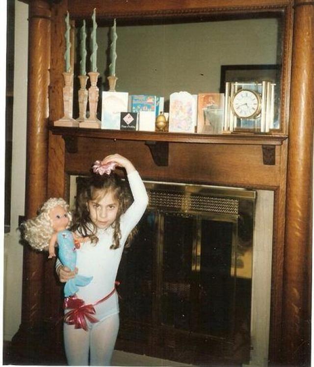 画像1: 人魚のお人形をもって、ポーズを決める女の子は誰?