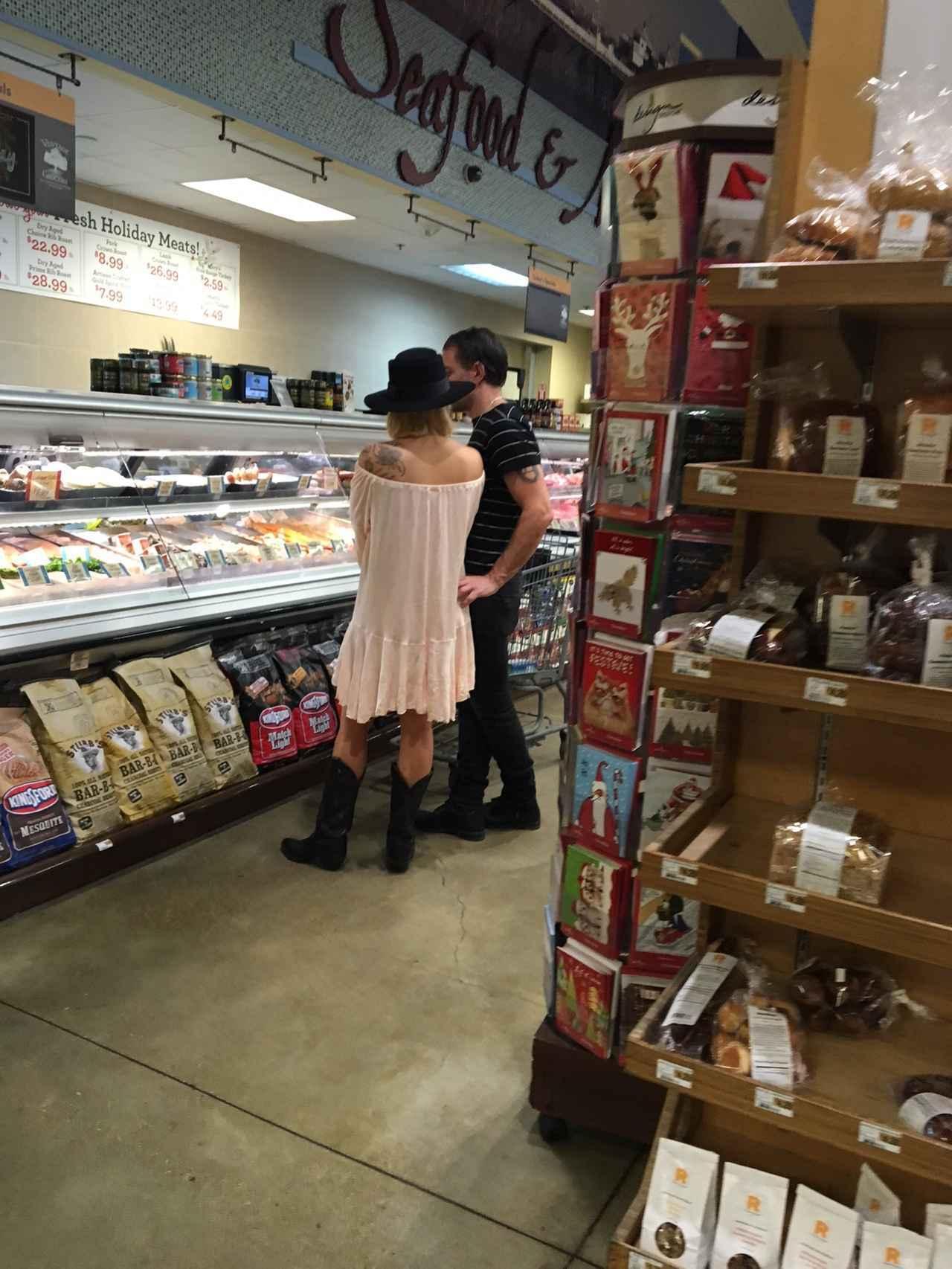 画像2: スーパーで買い物中のレディー・ガガの「アレ」が気になってしょうがない