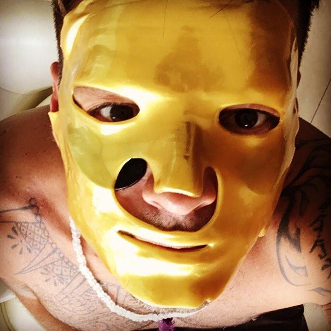 画像: 黄金に輝くフェイスマスクの下に目元パックを使用し、入念にお手入れをしているリッキー・マーティン。 © ricky martin