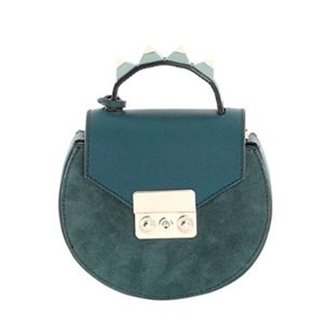画像2: オリヴィアが持っているバッグをスタイルと共に紹介