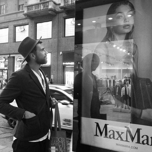 画像: 男性は事件後、インスタグラムにジジの広告の隣に立つ写真をアップ。