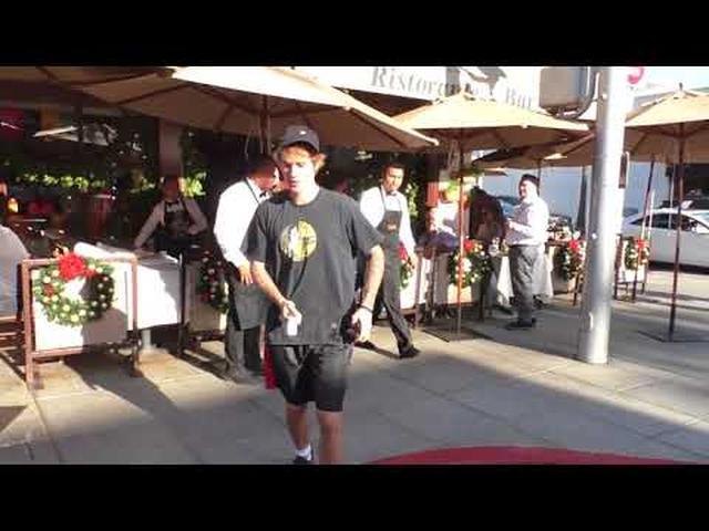 画像: Justin Bieber smiles big when asked if proposing to Selena Gomez www.youtube.com