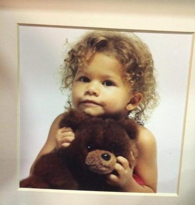 画像1: 熊のぬいぐるみを抱え、ばっちりカメラ目線な女の子は誰?