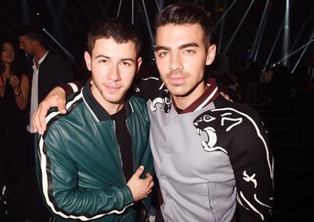 画像: 仲良く写真に写る、この兄弟は誰と誰?