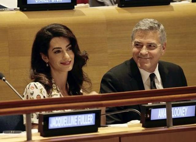 画像: 国連総会には国際弁護士であるアマル・クルーニーと夫で俳優のジョージ・クルーニーも出席していた。