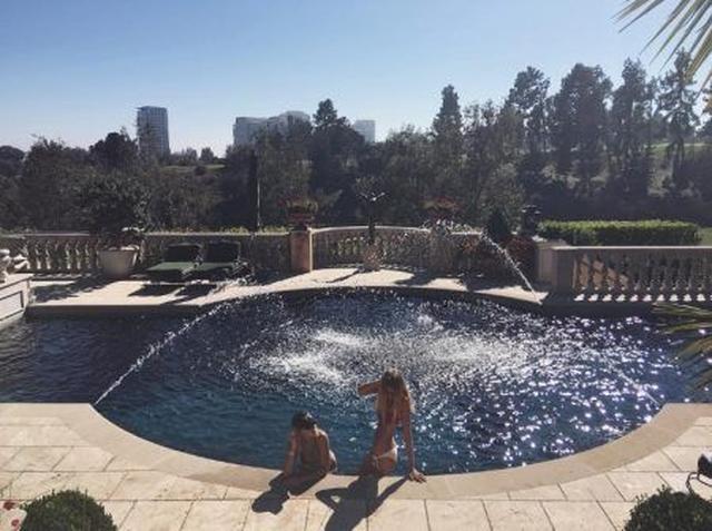 画像: ソフィアがインスタグラムに投稿したブロンティと自宅のプールでくつろぐ写真。