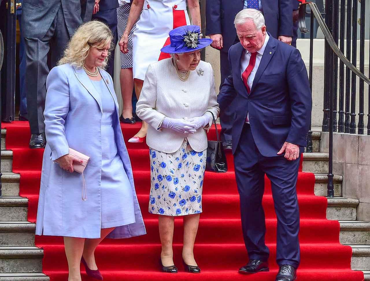 画像: 今年夏にエリザベス女王がカナダを訪問した際には、滑りやすい階段で女王を支えるために腕に触れたカナダ総督が、「王室の慣例に違反した」と話題になったことも。