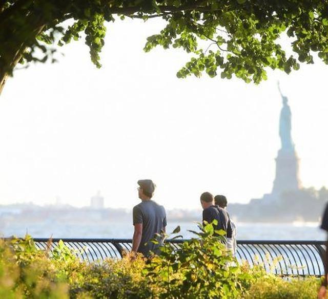 画像: 自由の女神を眺めながら、レオナルドもそのまま散歩を継続。