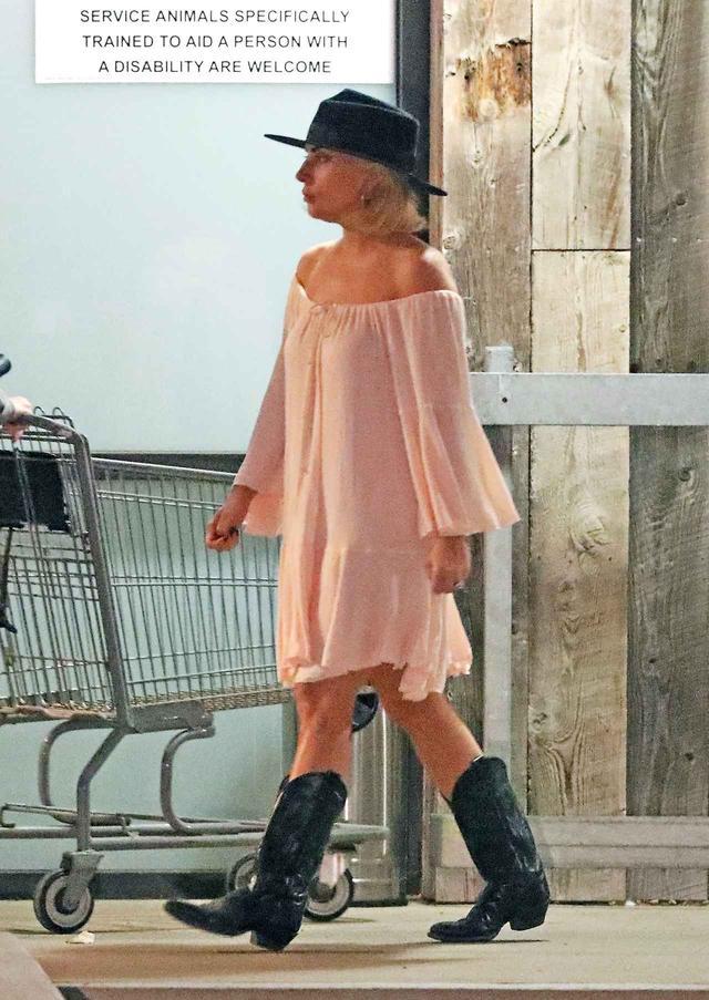 画像1: スーパーで買い物中のレディー・ガガの「アレ」が気になってしょうがない