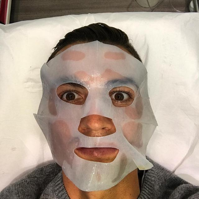 画像: クリスティアーノ・ロナウドもパックを愛用。顔が小さいのか、パックが顔から大きくはみ出している。 © Cristiano Ronaldo