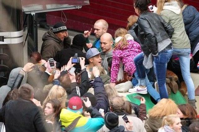 画像: ファンに取り囲まれるジャスティン。普段は、このように身動きが取れない状態になることもしばしば。