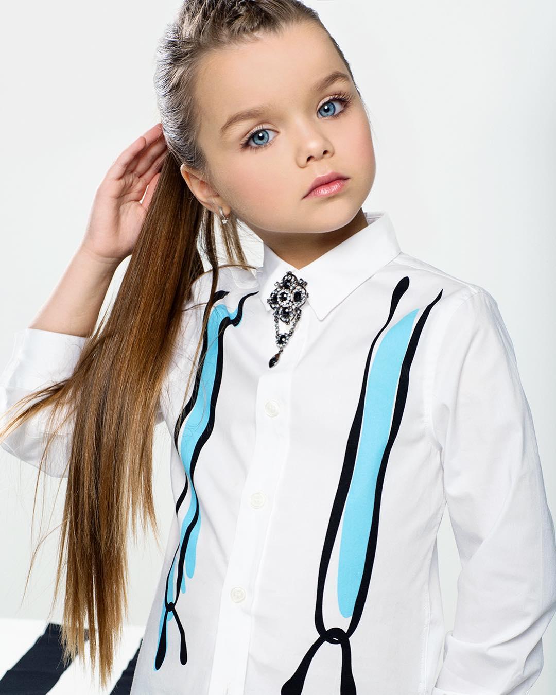 画像: 髪の毛をポニーテールにし、大人っぽく。 © anna_knyazeva_official