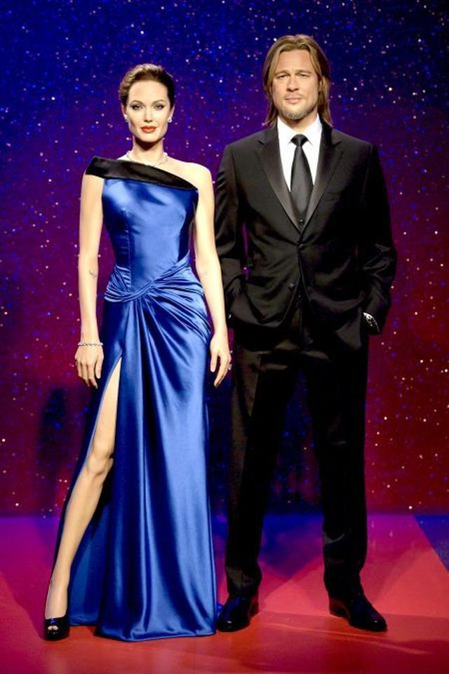 画像: 2013年の設置以来、ロマンチックな星空をバックに仲良く寄り添って立っていた。アンジェリーナとブラッドのろう人形。