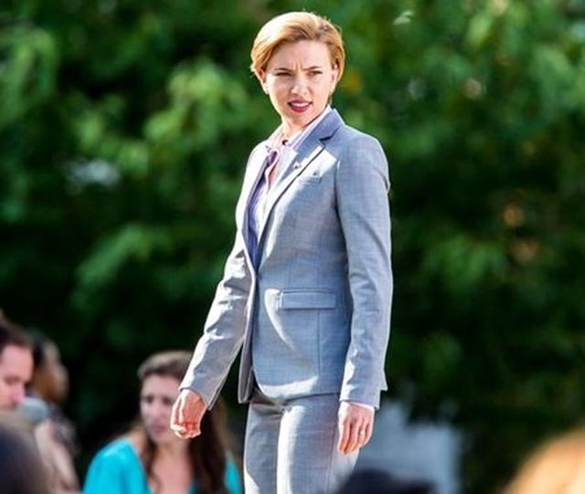 画像1: 『アベンジャーズ』女優スカーレット・ヨハンソン、政治家風スーツ姿で別人