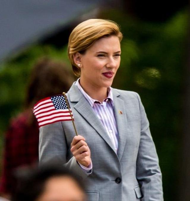 画像2: 『アベンジャーズ』女優スカーレット・ヨハンソン、政治家風スーツ姿で別人