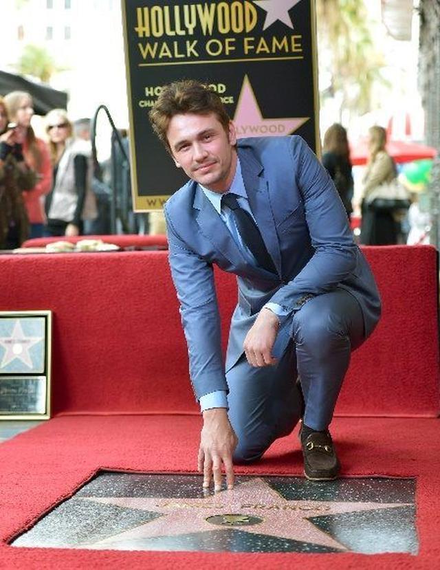 画像: ハリウッド名声の歩道に刻まれた自身の名前と記念撮影。