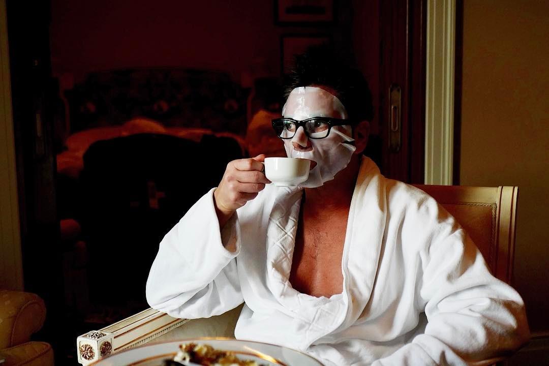 画像: 優雅な朝食はパックとともに。ジョン・ステイモスは、朝から美意識高め。 © John Stamos
