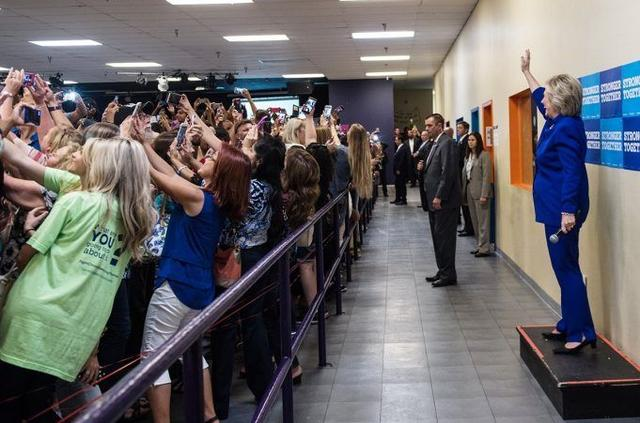 画像: アメリカ大統領選で撮られた「2016年という時代」を完璧に表した1枚の写真
