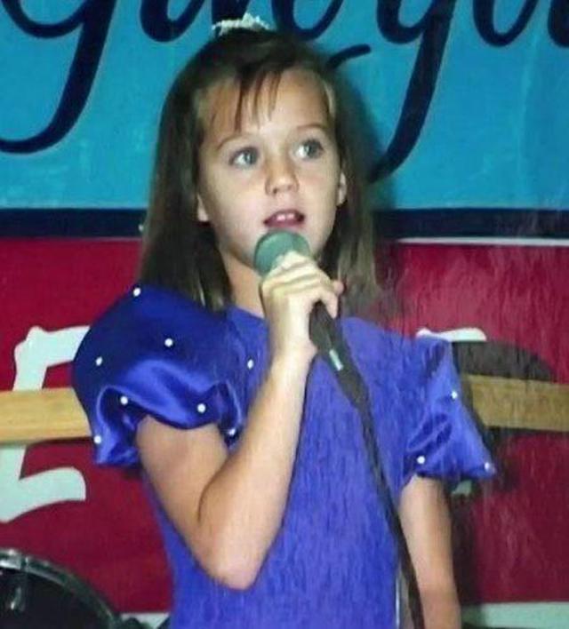 画像1: マイク片手に歌う、キュートな女の子は誰?