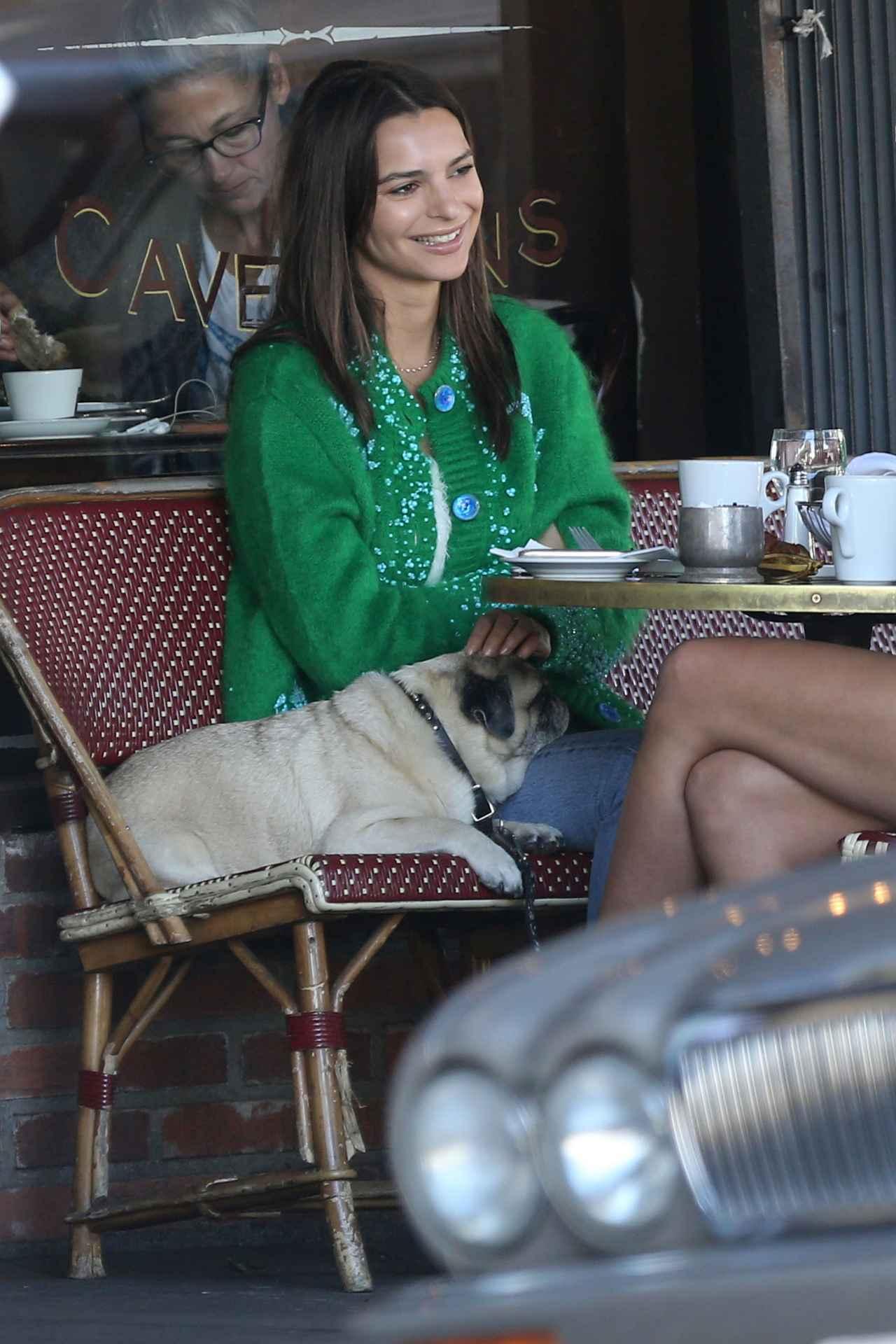 画像: カフェには、愛犬であるムースも同行。