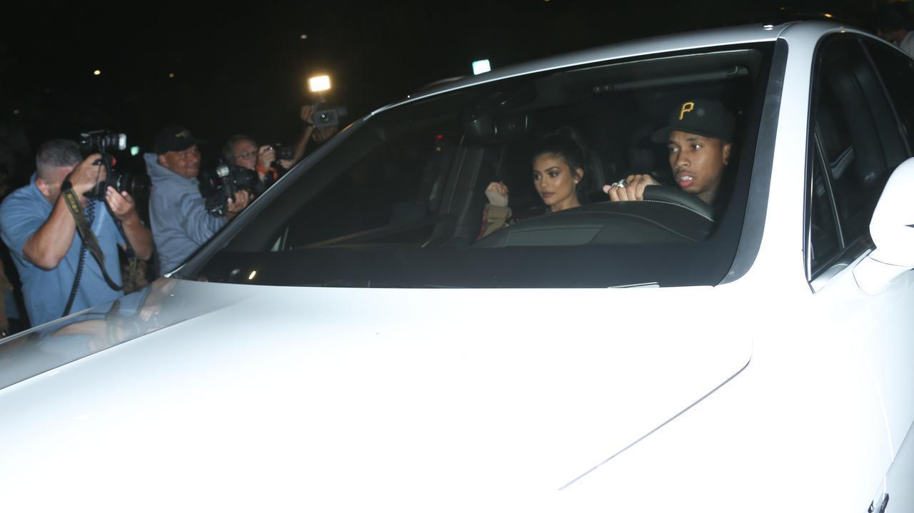 画像: 何百億円もの総資産があるカイリーは、当時交際していたラッパーのタイガと車に乗っていても、車を動かせないほどのパパラッチに囲まれてしまう。