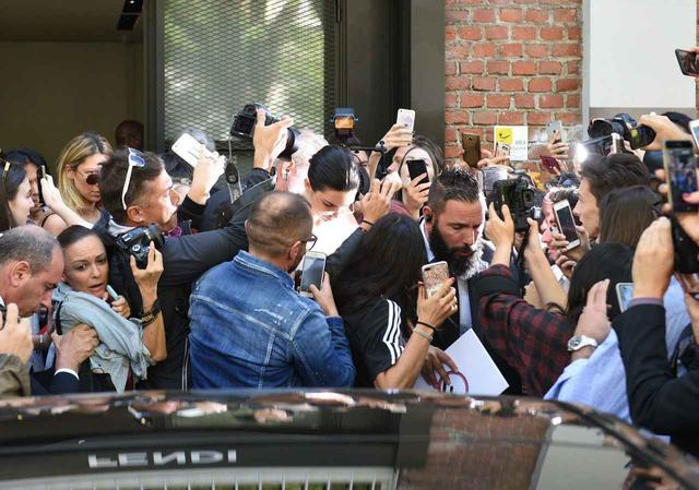 画像: ティーンを中心に人気を集めるモデルのケンダルが建物から出てくるとこの通り。
