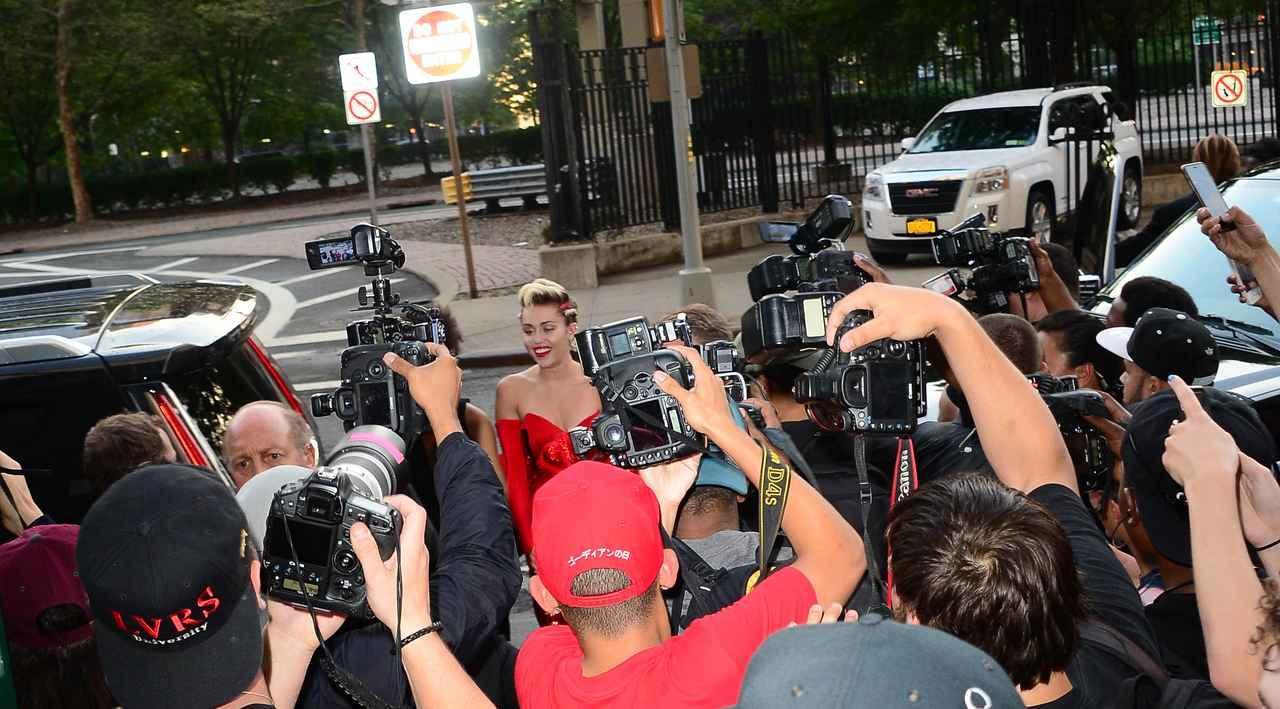 画像: ディズニーチャンネル出身の人気シンガーのマイリー。車から降りた瞬間にフラッシュの嵐。