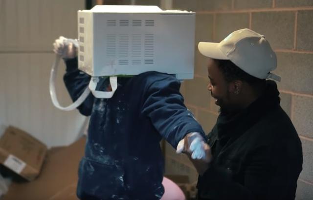 画像3: YouTuberが電子レンジに石膏を流して頭を突っ込み、抜けなくなる事態に