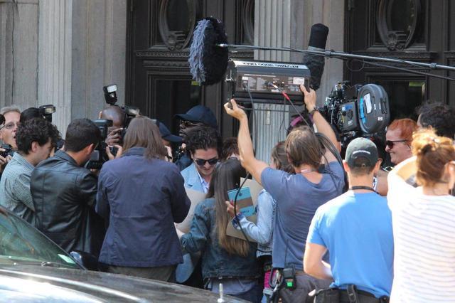 画像: 熱狂的なファンも多いドラマ『ゲーム・オブ・スローンズ』に出演するキットの周りには、カメラクルーからパパラッチまでごった返し。