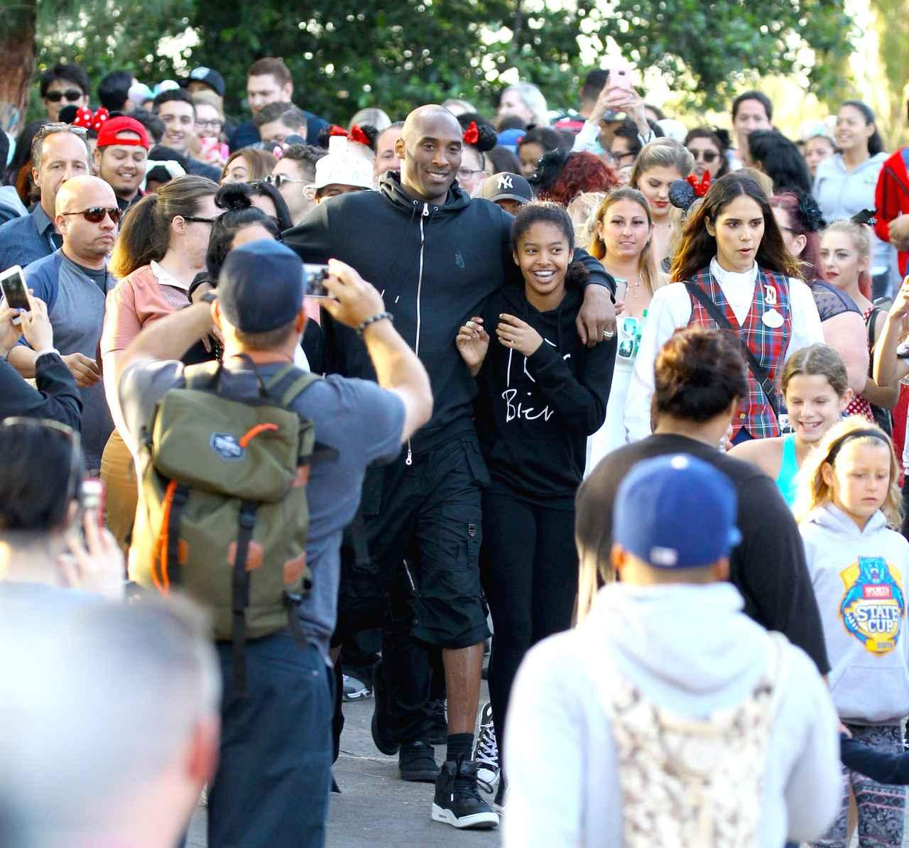 画像: 元NBA選手のコービーが家族とディズニーランドに行くと、まるでパレードかのように後ろには人だかりが。
