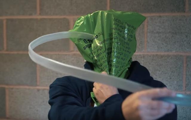 画像2: YouTuberが電子レンジに石膏を流して頭を突っ込み、抜けなくなる事態に