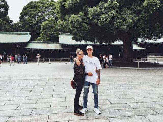 画像: インスタグラムでソフィアが2人で神社を訪れた際の密着ショットを公開。確かにこんな姿を見せつけられるとファンは嫉妬してしまう…?