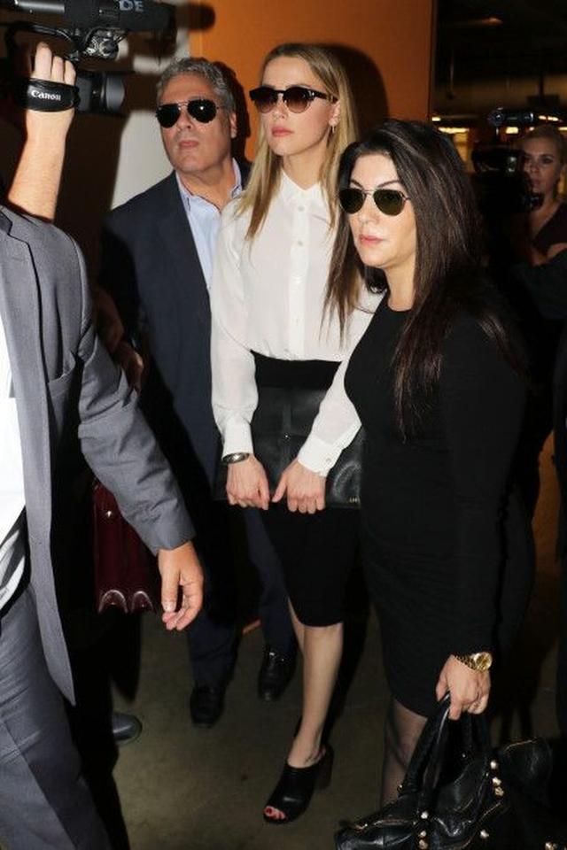 画像: 先週土曜日(8月13日)、弁護チームと共に裁判所に出廷したアンバー。