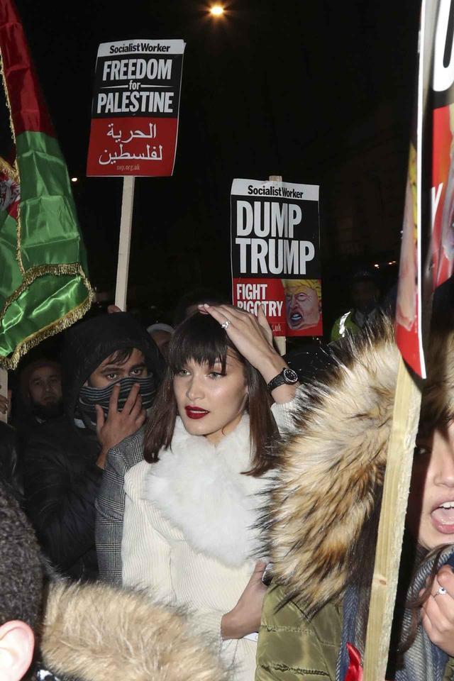 画像1: デモ行進でひと際目立つ美女…その驚きの正体とは?