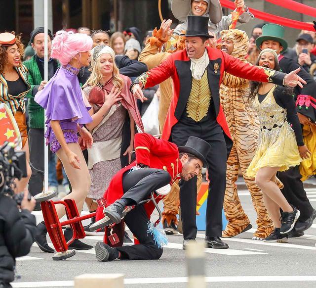 画像4: ヒュー&ザック&ゼンデイヤが横断歩道に突然登場し、必死に演技
