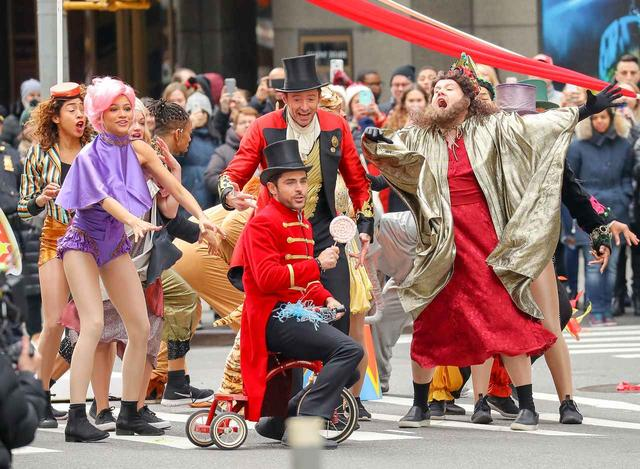 画像3: ヒュー&ザック&ゼンデイヤが横断歩道に突然登場し、必死に演技