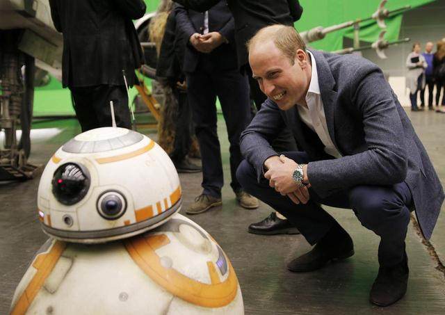 画像: キュートなBB-8にウィリアム王子も興味津々。